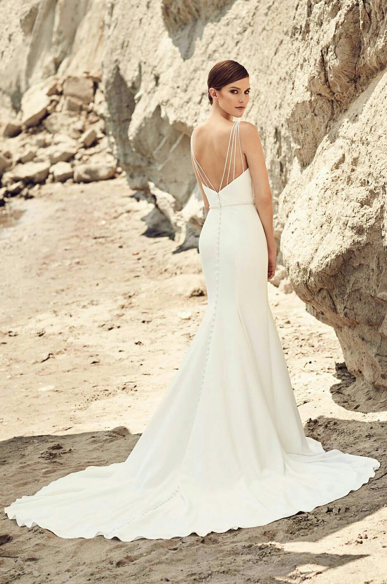 modèle élégant de robe de mariée fourreau avec longue traîne et un décolleté dos à bretelles fines multiples
