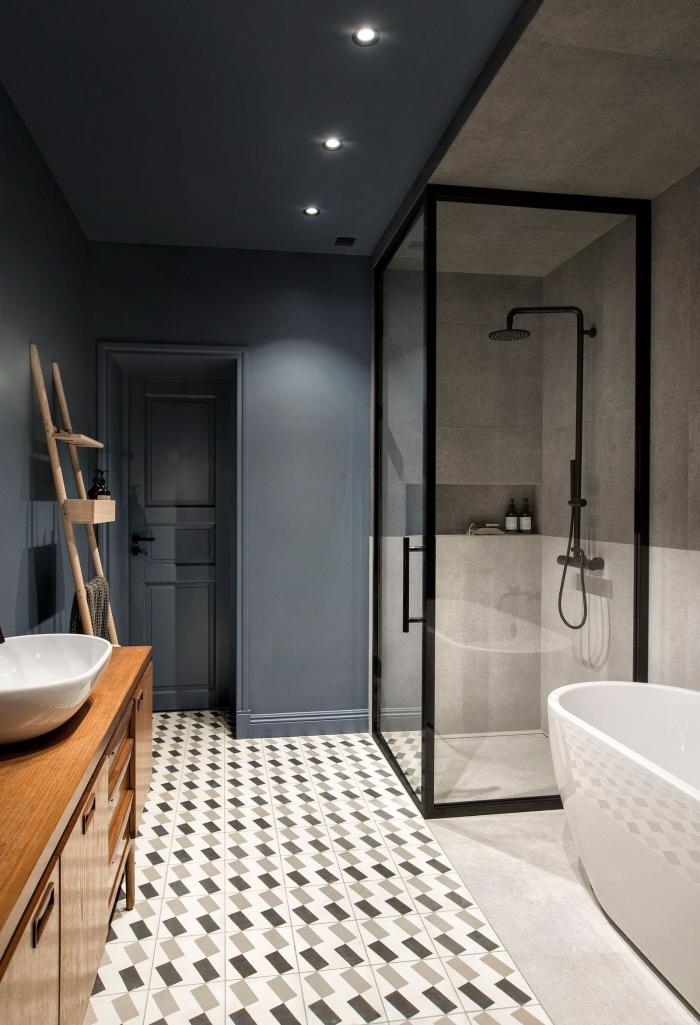 modele de salle de bain al italienne avec carrelage aspect carreaux de ciment graphique qui sépare l'espace visuellement en deux