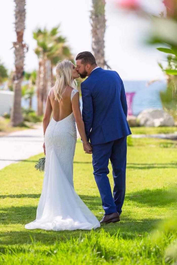 le dos ouvert de cette robe de mariée sirène avec traîne rehausse le côté chic et féminin du modèle