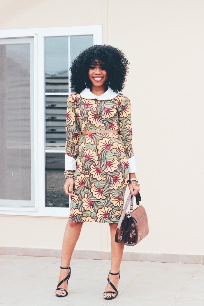 robe fourreau à col claudine et à manches retroussées contrastant portée avec une ceinture en cuir étroite et des sandales à talons chic, modele wax pour un look professionnel