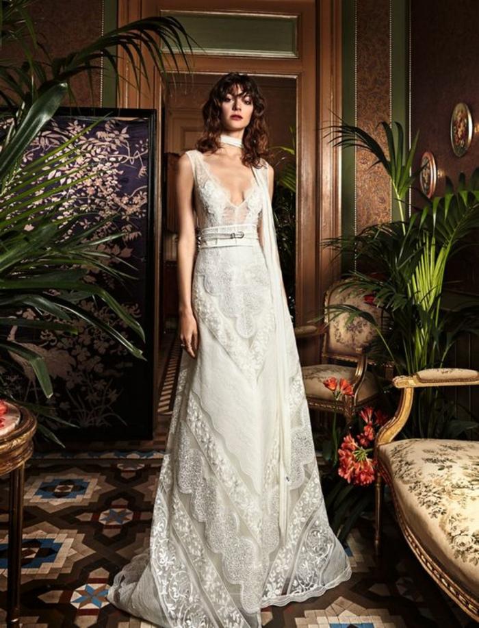 robe boheme blanche, robe hippie chic en dentelle, décolleté profond en V, jupe longue avec de la dentelle blanche semi-transparente