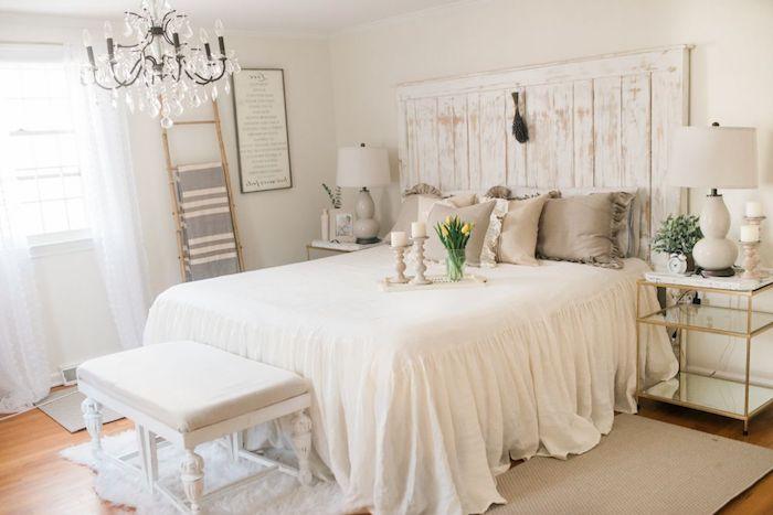 echelle bois deco, lustre baroque pampilles, linge de lit vintage gris et blanc, tete de lit bois brut patine blanche, bout de lit banc, table de nuit élégante