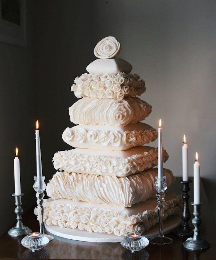 Idee gateau mariage pompose, le plus beau gateau du monde, gateau anniversaire mariage couches de coussins mignons