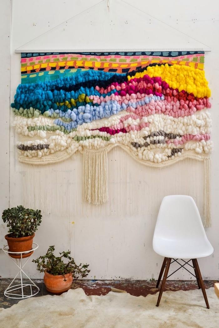 modèle de suspension DIY en couleurs fait avec tissu et coton en noeuds macramé, déco style boho moderne en couleurs