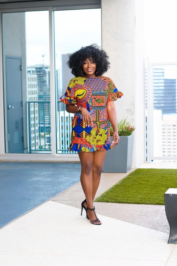 tenue wax en robe courte à motifs africains multicolores et à petits volants sur les rebords