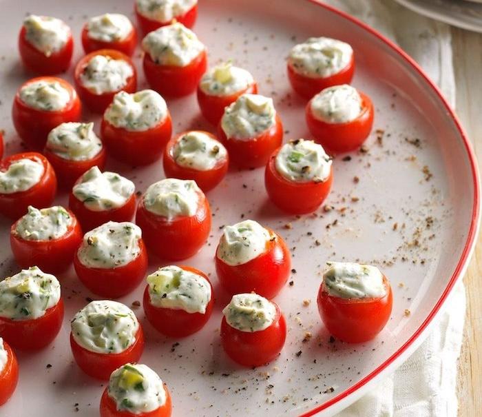 tomate cerise farcie de creme fraiche epaisse aux herbes fraiches et concombres, idée apéro rapide sans cuisson