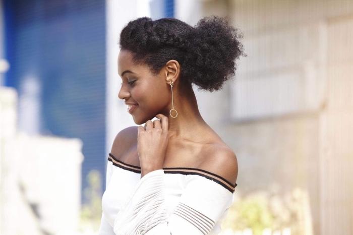 coiffure cheveux crépus courts ou longs, exemple de coiffure aux cheveux attachés en chignon décontracté avec couronne florale et volume sur le front