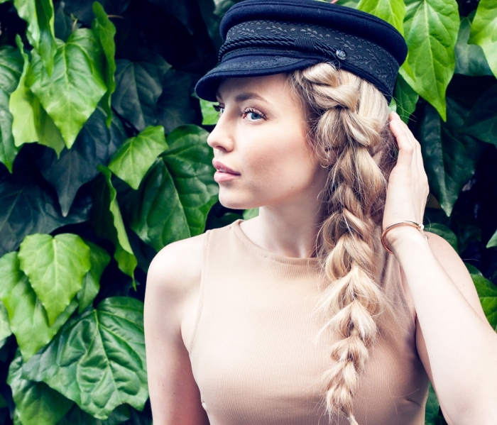 modèle de tresse africaine sur le coté, idée coiffure de plage en grosse natte, exemple de coiffure simple pour cheveux longs