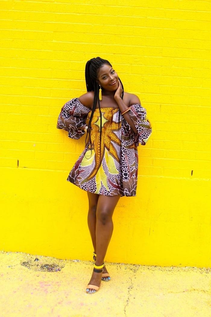 top africain aux épaules dénudées et à gros imprimé africain porté façon robe tunique, modèle de pagne africain versatile et chic