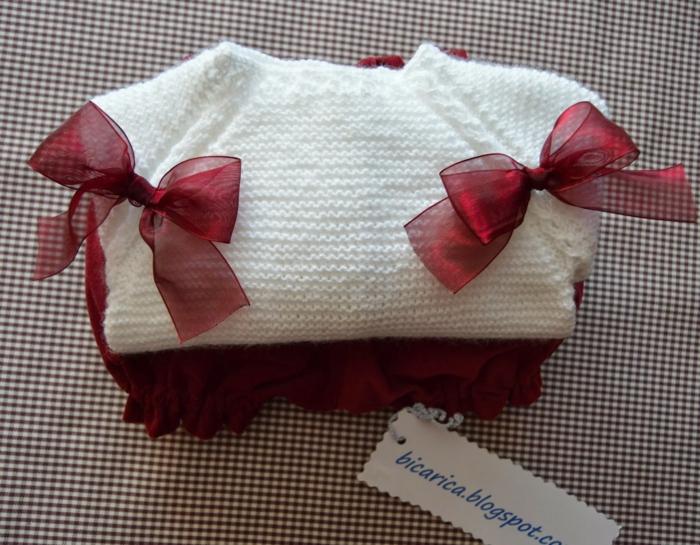 cadeau future maman, vêtement en maille blanche avec des rubans en organza bourgoundi, box future maman, baby shower fille
