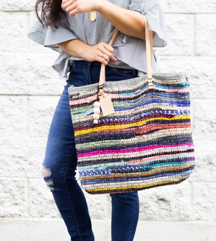 sac cabas cuir souple ou tapis customisé facile, comment fabriquer un tote bag avec un tapis multicolore et perles en bois