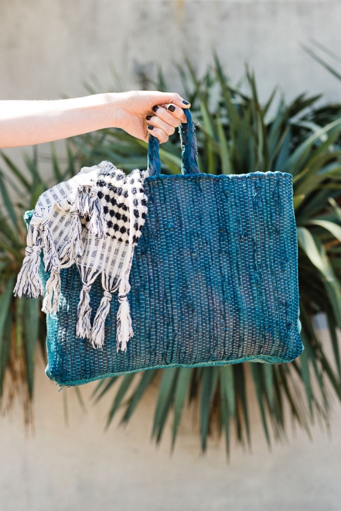 modèle de cabas tissu teinté en bleu et vert, idée comment faire et décorer un sac à main facile avec couture