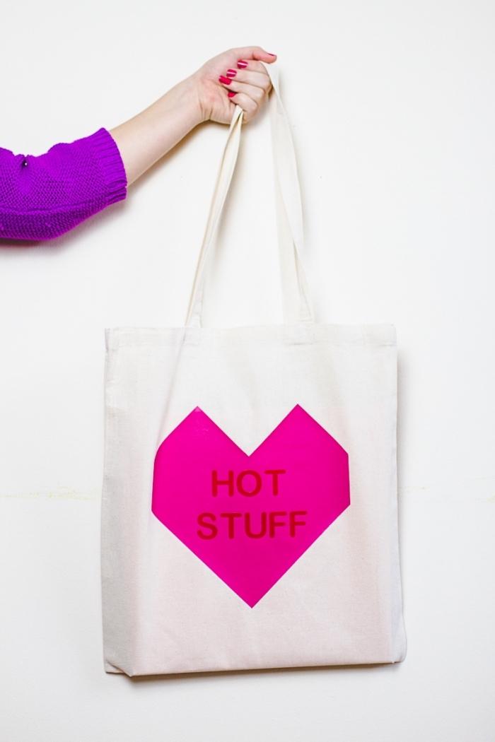 modèle de sac cabas blanc avec déco coeur rose et lettres, comment décorer facilement un tote bag blanc