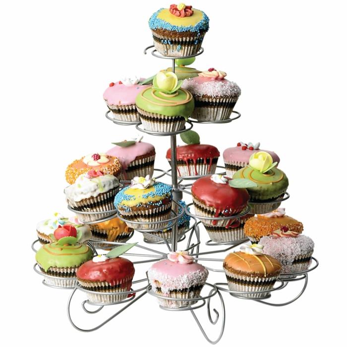 sculpture délicieuse avec présentoir et petits cupcakes glacés avec crèmes colorées