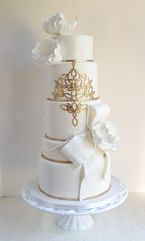 Gateau de mariage wedding cake, mariage idée decoration de gateau de mariage, gateau pate a sucre blanche, details dores
