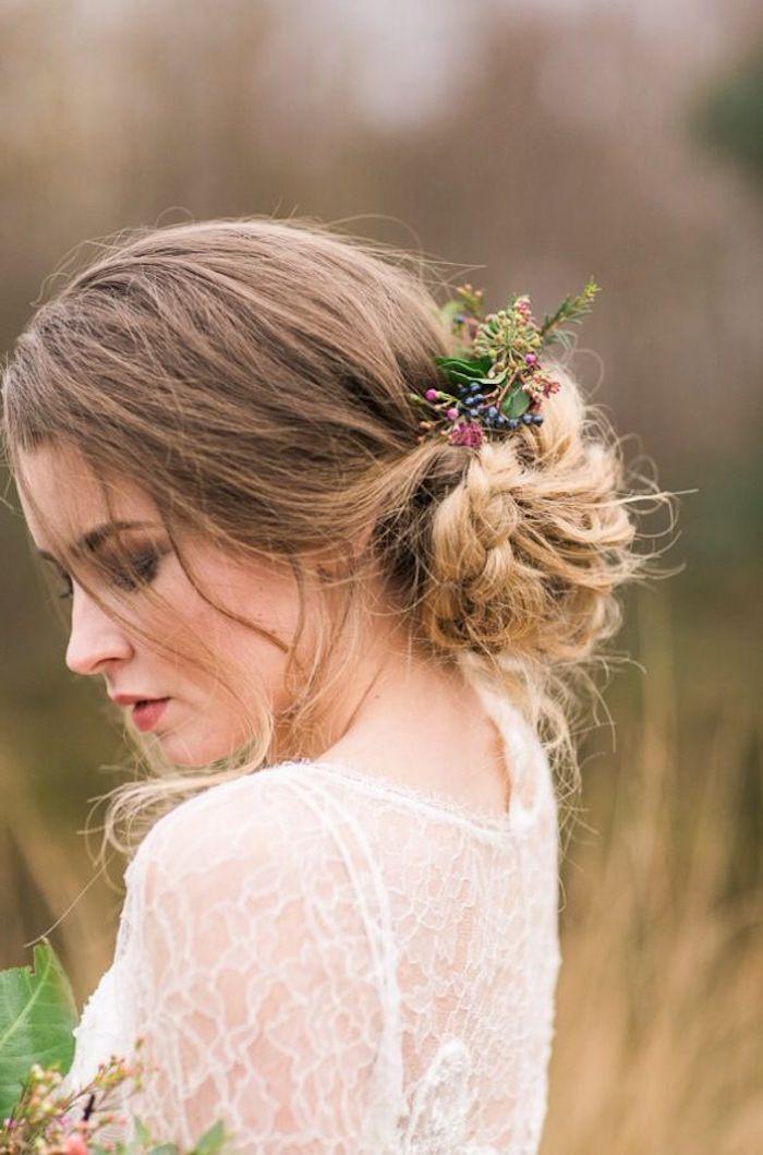 Idée coiffure mariage tendance 2018, la coiffure pour mariage tresse boho stylée, chignon bas tresse, accessoire fleur sur cheveux