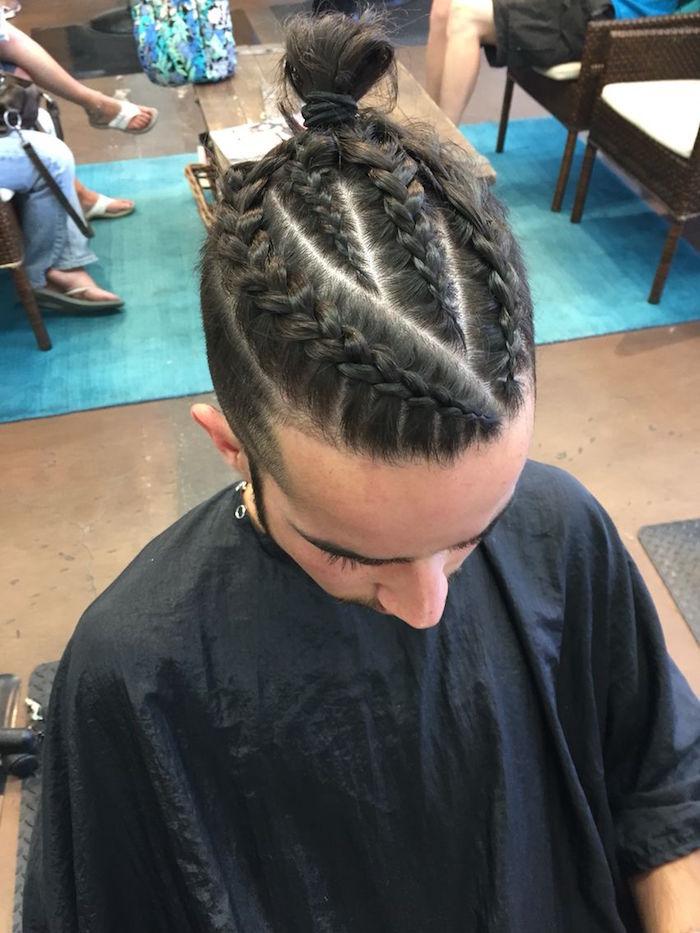 photo coiffure tresses plaquées larges avec chignon et coupe fondu homme blanc