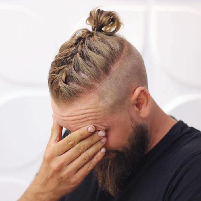 coiffure viking homme hipster blond avec tresse sur le dessus en chignon coté court et barbe longue
