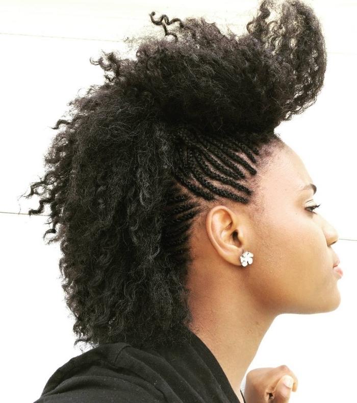 coiffure cheveux crépus avec petites nattes sur les côtés et fausse crête sur le haut, idée coiffure de style africain