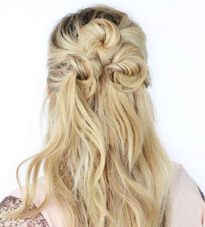 Trois mini chignons boheme, hun messy, une belle coiffure bohème chic mariage bun, simple idée fleurs sur cheveux