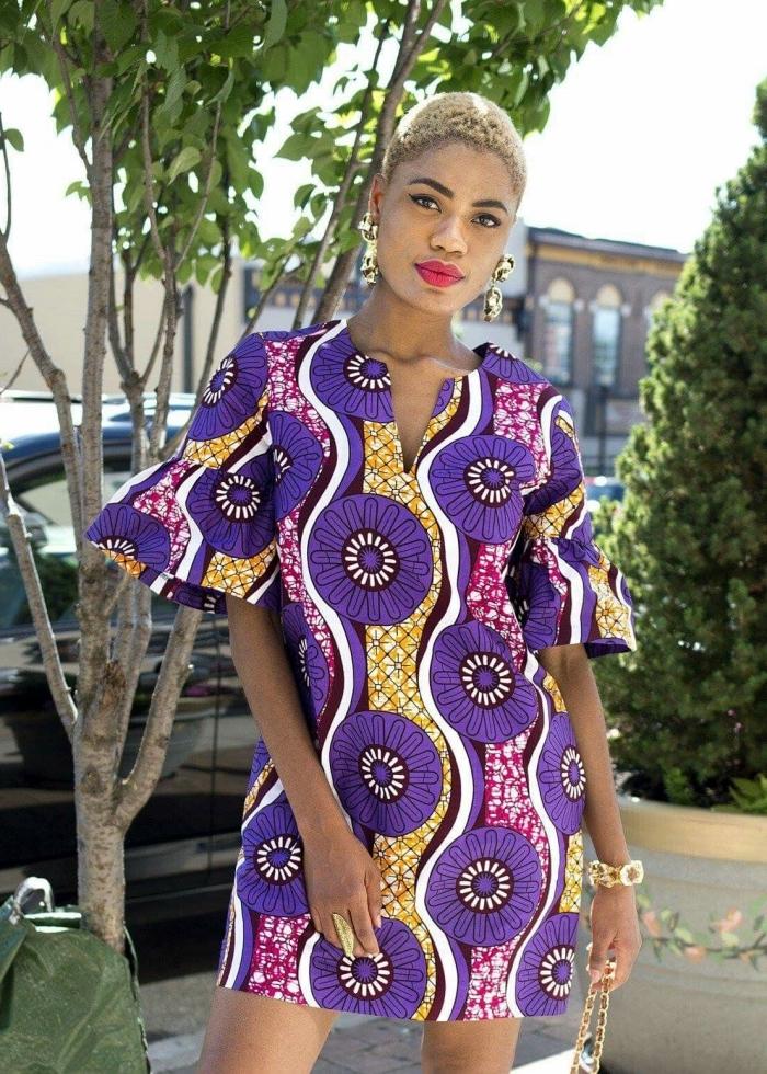 allure chic et féminin en robe tunique à motifs graphiques africains accessoirisée avec des bijoux en or massifs, vetement africain moderne et chic