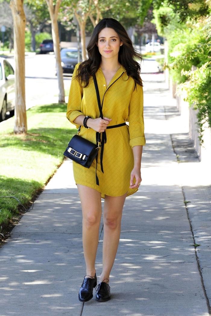 exemple avec quoi porter des derbies, modèle de tunique jaune moutarde portée avec une ceinture fine en noir