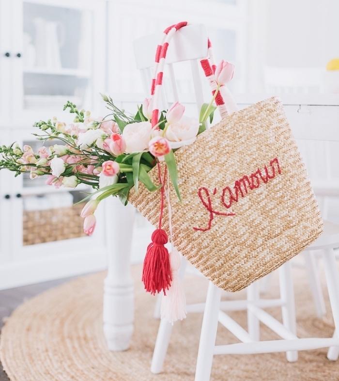 sac cabas personnalisé avec broderie en fil rouge et poignée à déco tassels blanc et rouge, comment décorer un sac à main