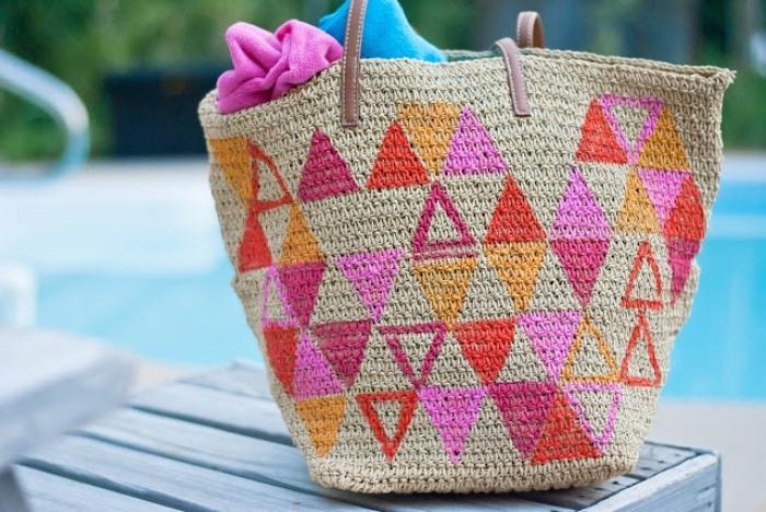 modèle de sac cabas personnalisé beige aux dessins triangulaires en rose et rouge, idée comment décorer un tote bag