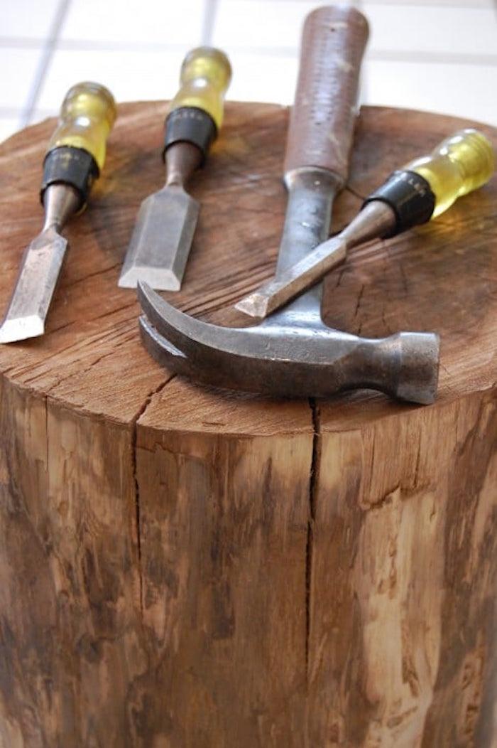 tutoriel enlever ecorce rondin de bois pour meuble diy avec ciseaux à bois