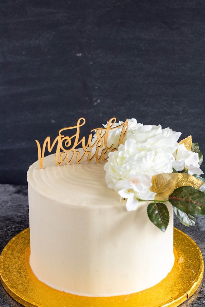 Idée petit gateau mariage un etage, wedding cake mariage, gateau de mariage de luxe, fleurs et signe nouveaux mariés