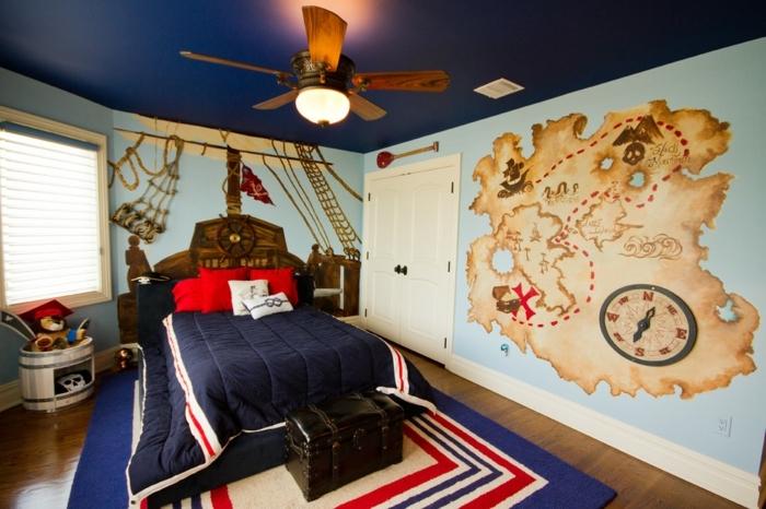 lampe ventilateur, tapis en bleu, rouge et blanc, peinture carte géographique, plafond bleu, chambre garcon ado