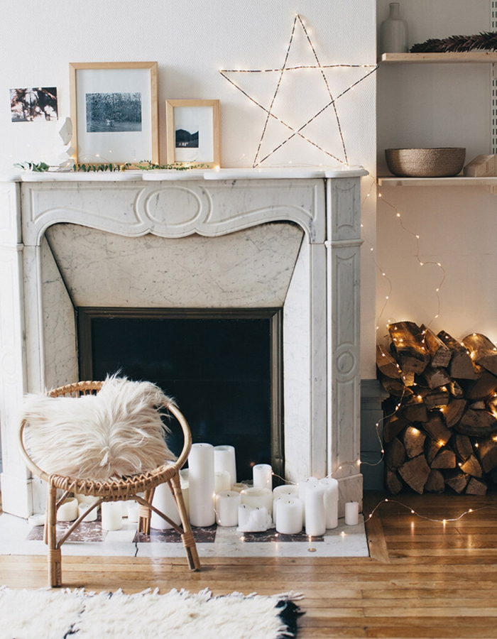 chaise papazan, cheminée décorative, étoile lumineuse, cadres photos bois, bûches décoratives