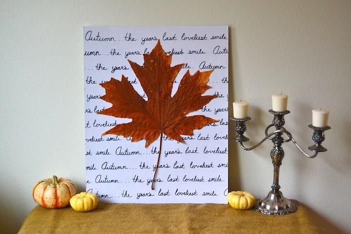 deco feuille de papier vlanc avec écriture automne calligraphie et une feuille morte collées dessus, activité manuelle pour ado theme automne