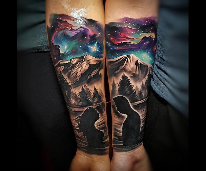 tatouage coloré paysage en commun, femme et homme silhouette tatouage paysage montagne, ciel étoilé