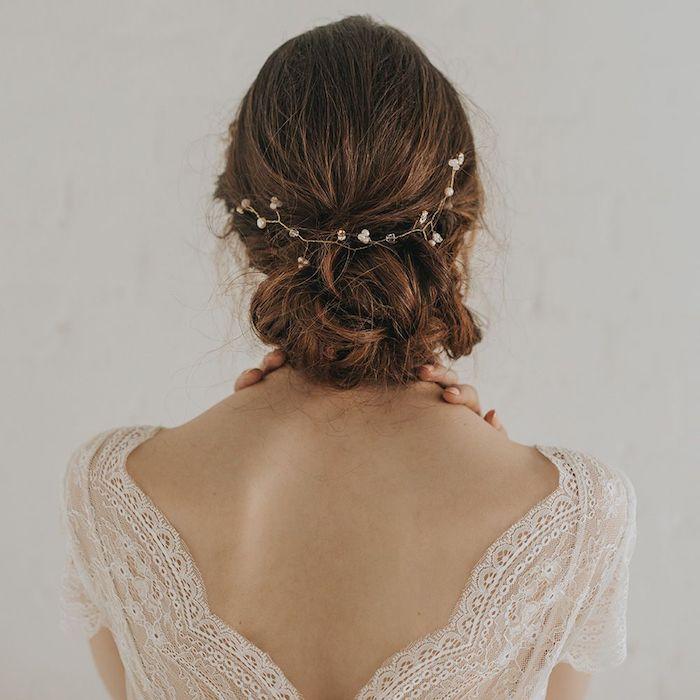 Coiffure coiffée décoiffée femme, idée coiffure cheveux long, coiffure cérémonie bohème, chignon bas et accessoire cheveux élégant