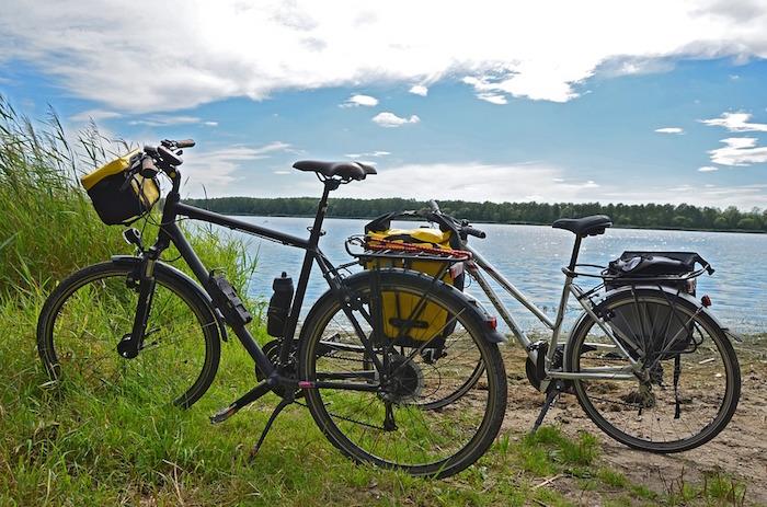 photo de vélos pour couple qui partent pour vacances sportives au bord d'un lac
