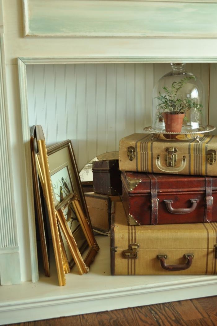 valises vintage et miroir aux vieux encadrements comme déco pour la cheminée