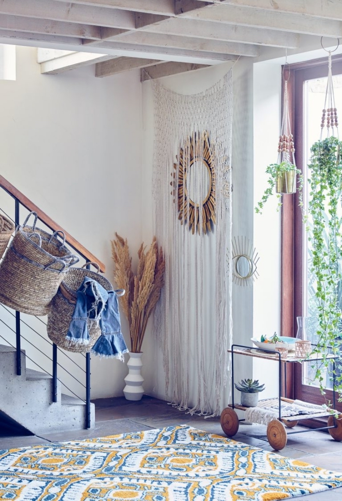 déco de style ethnique dans un salon aux murs blancs avec escalier béton et plafond de bois, modèle de rideau en noeud macramé