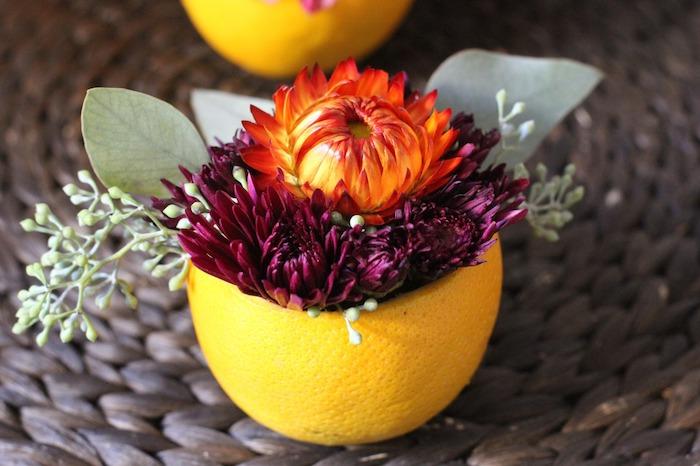 vase en demi orange creusé et rempli de fleurs, deco table automne, modele de centre de table original