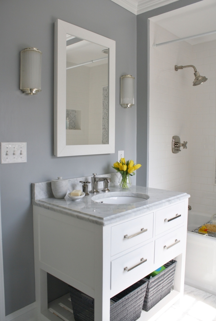 avec quelle couleur associer le gris dans une petite salle de bain moderne, meuble de rangement sous vasque blanc