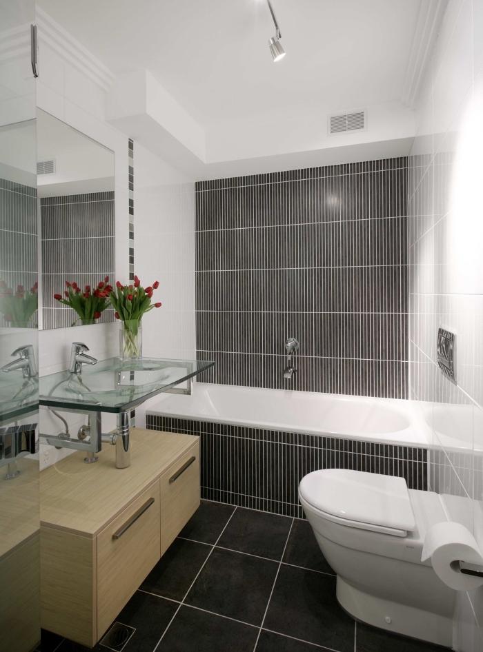 modèle de salle de bain 3m2 aux murs blancs avec carrelage plancher foncé, exemple vasque en verre avec meuble sous vasque bois clair