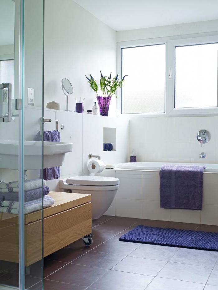 modèle de salle de bain blanche au plancher violet, idée comment décorer une petite salle de bain moderne avec baignoire