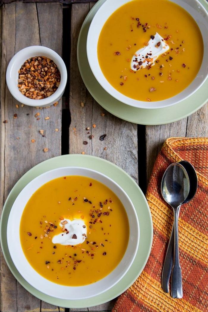 recette de soupe d'automne réconfortante qui réchauffe, velouté de citrouille, carotte et lait de coco épicé