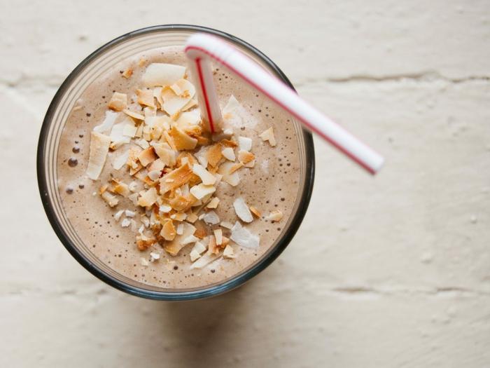 recette milkshake chocolat délicieux, noisettes rôties et éffillées comme décoration,
