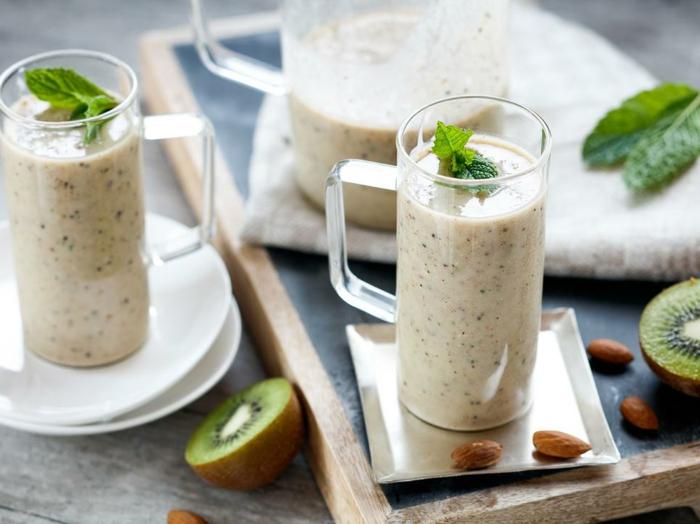verres de milkshake avec kiwis et amandes, boisson protéinée et balancée qui est bénéfique pour la santé