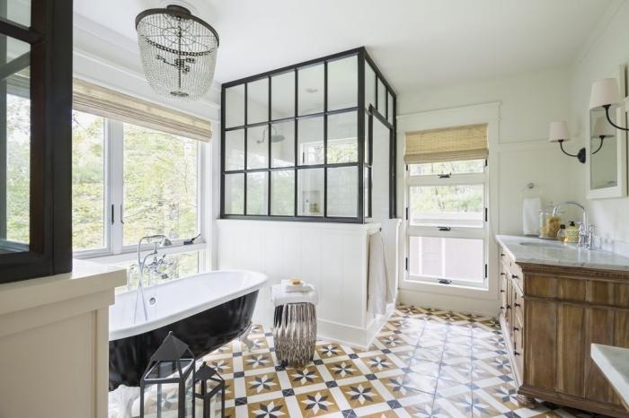 salle de bain carreaux de ciment à motifs rétro jaune moutarde et gris en parfaite harmonie avec la verrière d'esprit atelier