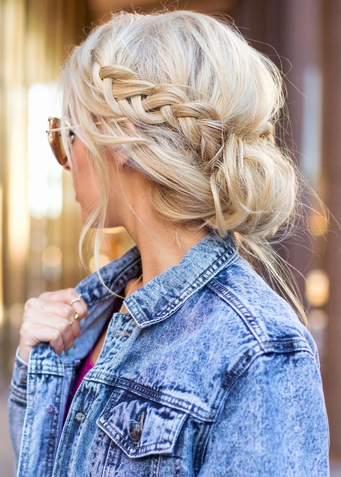 jolie coiffure messy aux cheveux ramassés en chignon bas avec couronne de tresse défaite et mèches tombantes