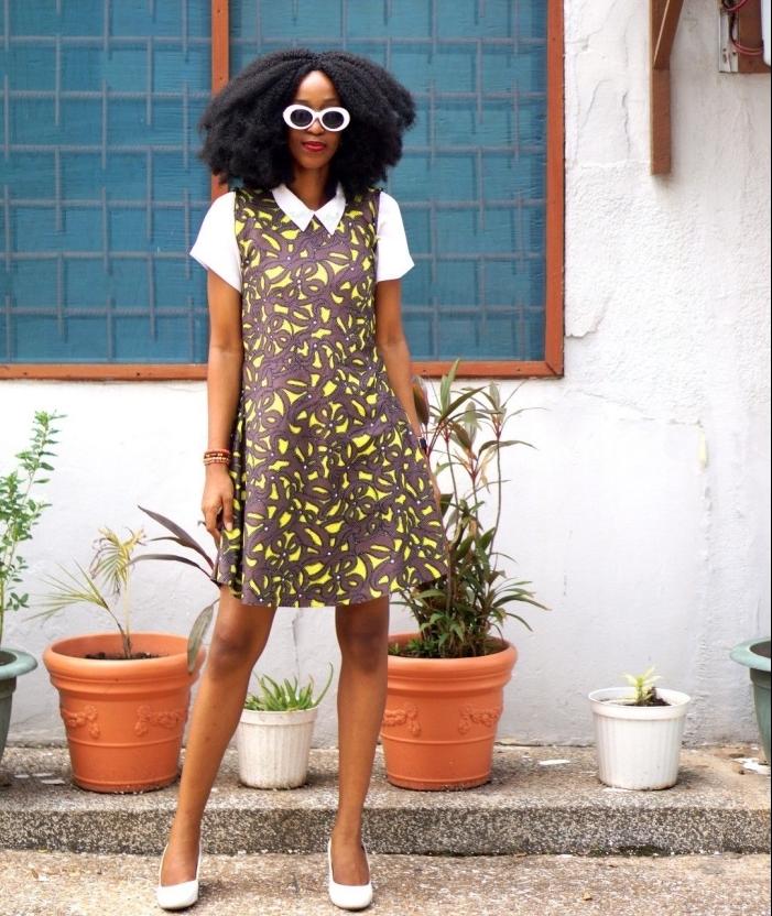 look rétro chic en robe imprimé wax jaune et marron avec col et manches contrastants