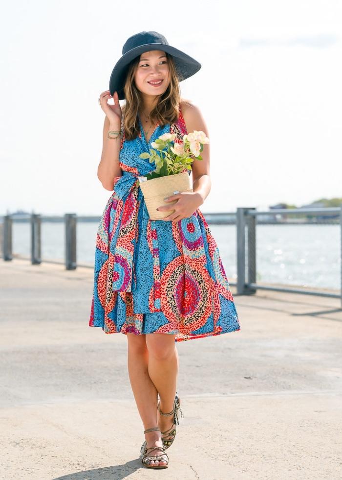 allure chic et féminine en modele de robe africaine moderne portefeuille à motifs wax mouchetés