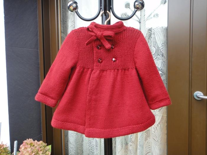 baby shower fille, vêtement en maille rouge, vêtement enfant pour l'hiver, box future maman, porte-manteau en fer noir